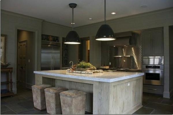 küche-mit-insel-mit-hängenden-lampen