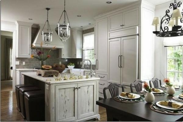 Küche mit Insel mit Lederbarstühlen und Glas-Kronleuchtern