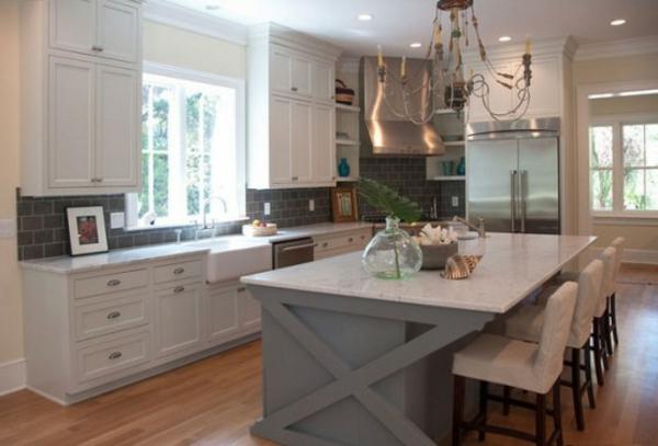 küche-mit-insel-mit-nautischen-elementen
