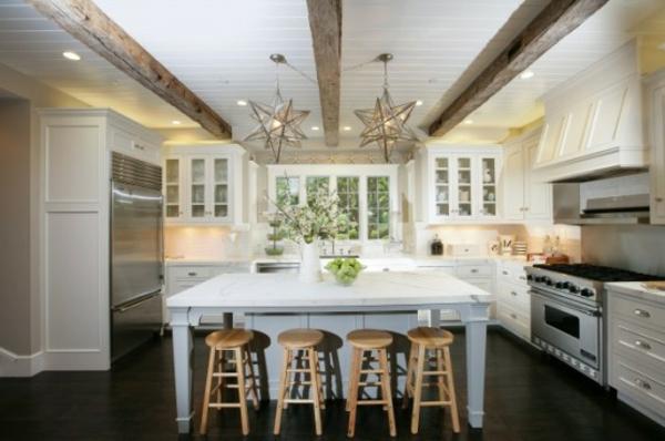 küche-mit-insel-sterne-lampen