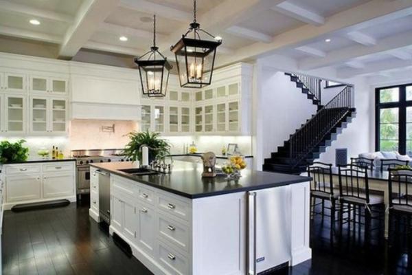 küche-mit-insel-und-dekorativen-laternen