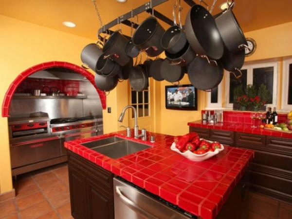 küche-mit-insel-und-hängenden-pfahnen