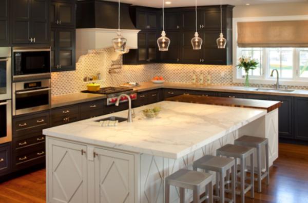 küche-mit-insel-und-kleinen-hängenden-lampen