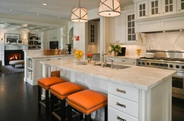 küche-mit-insel-und-lederbarstühlen-in-orange