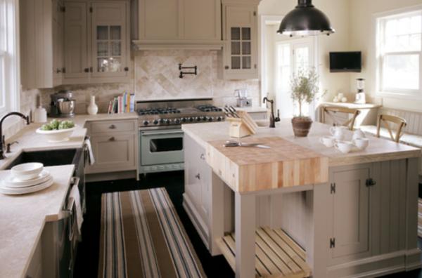 küche-mit-insel-und-platz-zum-schneiden