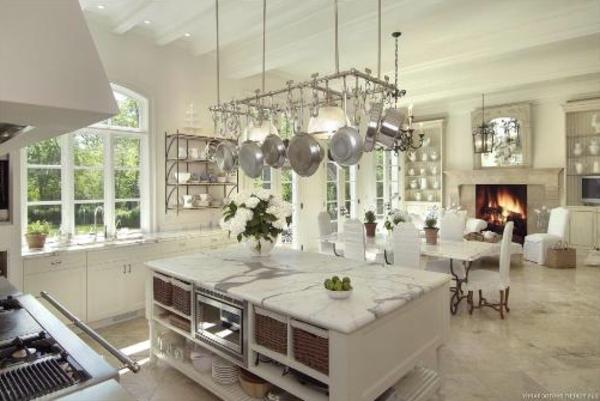 küche-mit-insel-weißluxus-und-marmor
