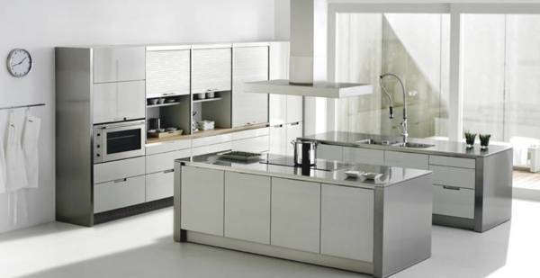 küchenelemente-edelstahl-moderne-gestaltung - uhr an der wand