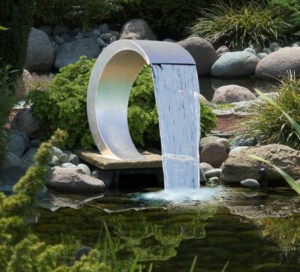künstlicher-wasserfall-im-garten-anlage
