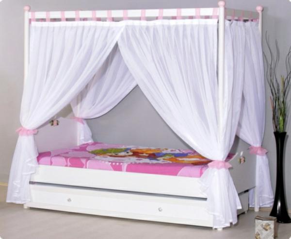 kinder-himmelbett-weiß-und-rosig-kombinieren - bettbezüge