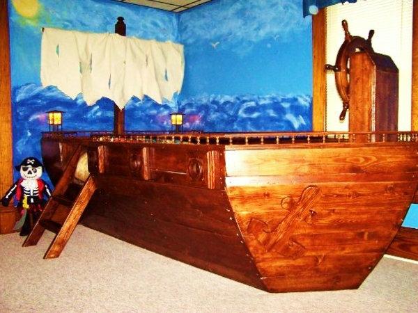 kinderbett-selber-bauen- aus-holz-sehr-groß-piraten - wand in blau