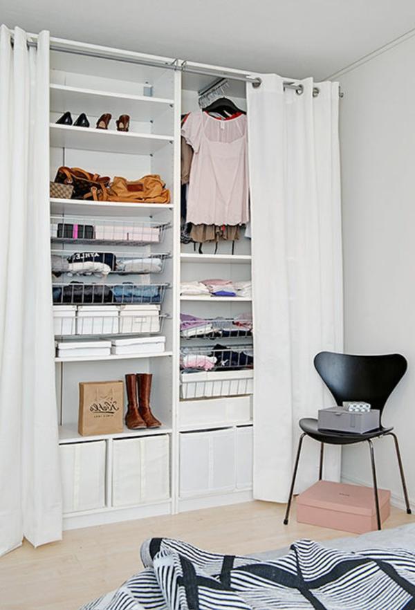 kleiderschrank-begehbar-modern-weiß-stuhl-in-schwarz