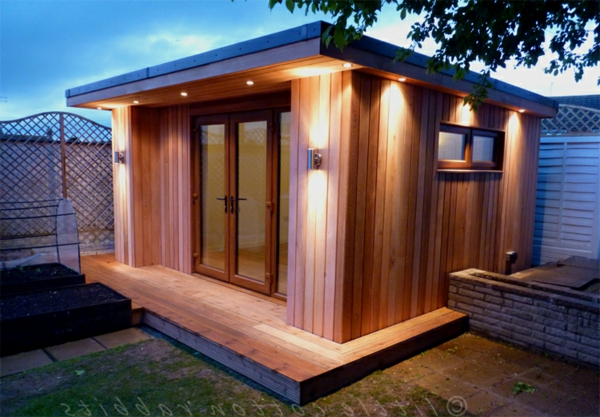 kleine-gartenhäuser-aus-holz - schlicht beleuchtet