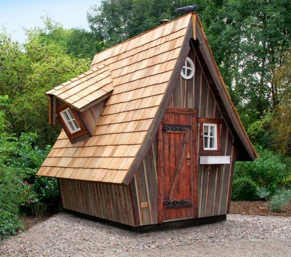kleine-gartenhäuser-interessantes-dach - aus holz