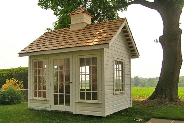 kleine-gartenhäuser-mit-großen-fenstern - ein baum daneben