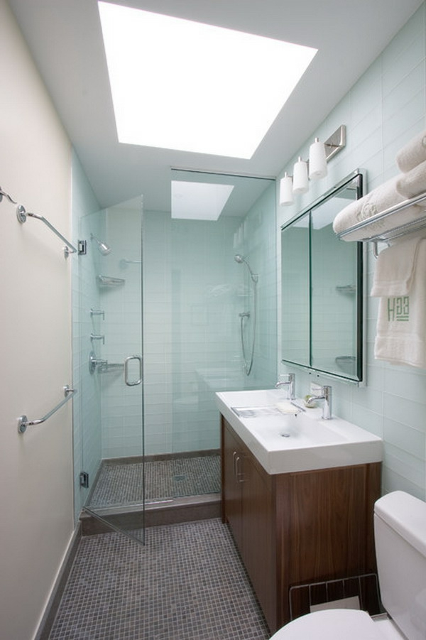 kleines-bad-ideen-blau-und-weiß - tücher in weiß