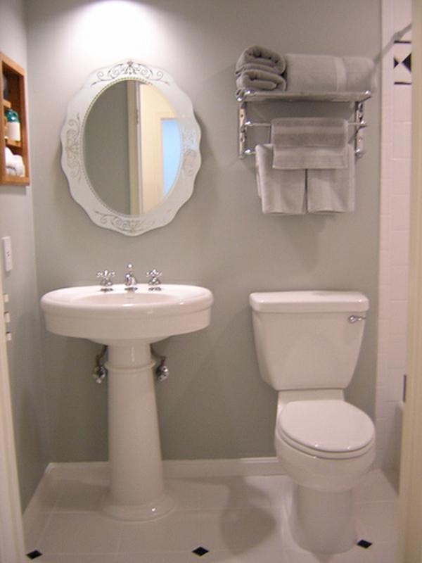 kleines-badezimmer-planen- ovalförmiger-spiegel - mit weißem rahmen