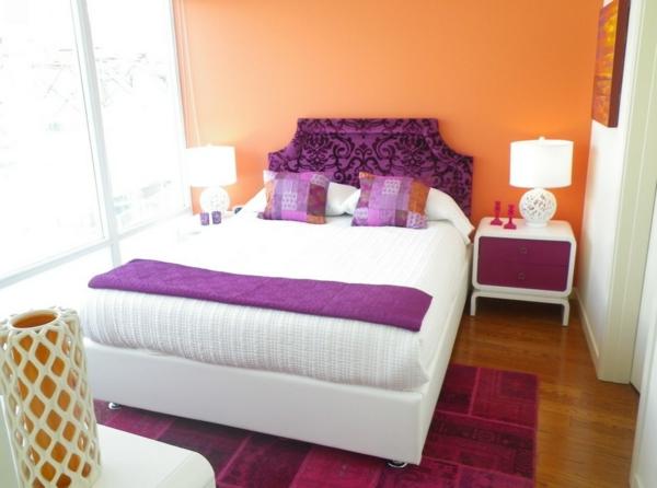 kleines-schlafzimmer-einrichten- pfirsich wand und lila kopfbrett