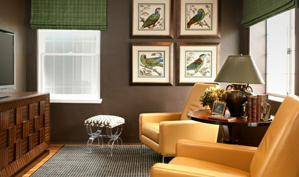 komplementärfarbe-zu-braun-zwei-gelbe-sessel- eine lampe auf einem runden hölzernen nesttisch