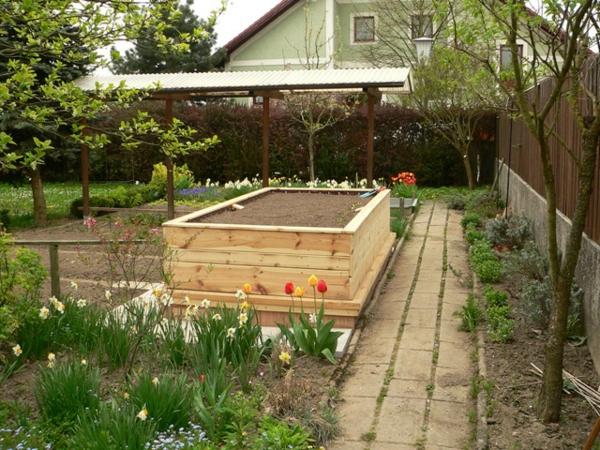 kräuterhochbeet-selber-bauen-modern-gestaltet - tulpen