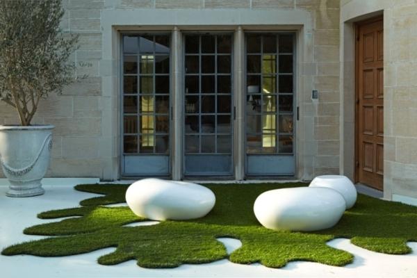 kunstrasen-balkon-terrasse-teppich-interessante-form - weiße möbel und wände aus glas