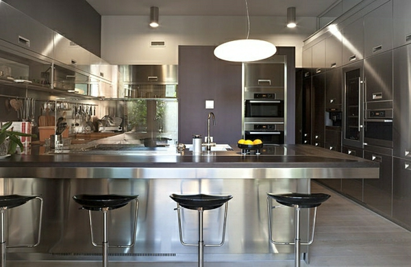 luxuriöse-edelstahl-küche-bar-barhocker-pendelleuchte-waschbecken - vier moderne barstühle