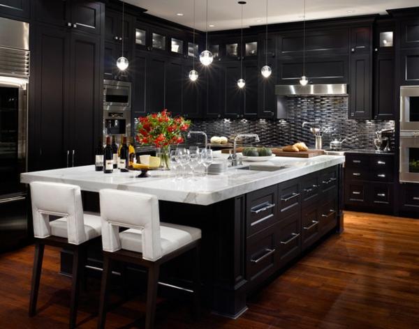luxuriösische-küche-mit-schwarzen-möbeln - marmor kochinsel