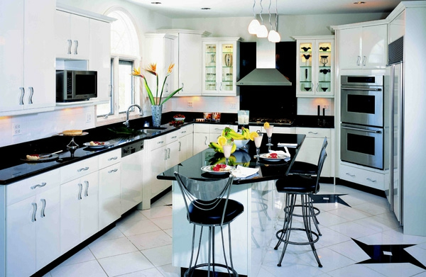 moderne küchengestaltung mit einer kochinsel und  barhockern - weiß und schwarz kombinieren