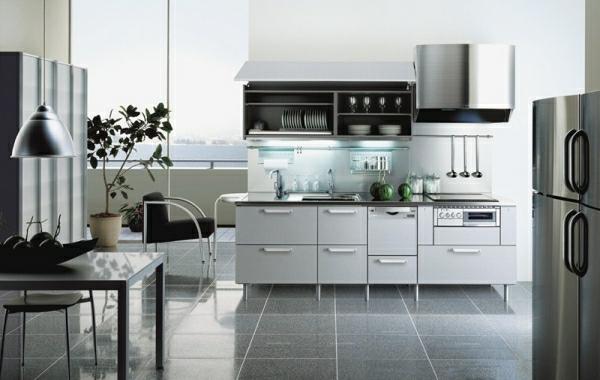 moderne-Küche-Edelstahl-abzugshaube-pendelleuchten - deko pflanzen