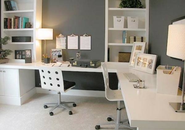 moderne-ikea-büromöbel- eine lampe auf dem schreibtisch