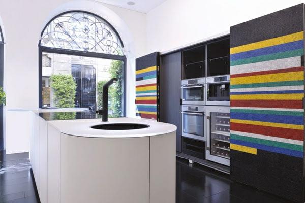 moderne-küche-interessante-wandgestaltung-und-moderne-küchenmöbel- modernes fenster