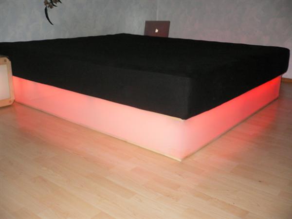 moderne-wasserbetten-beleuchtet - ultramodern