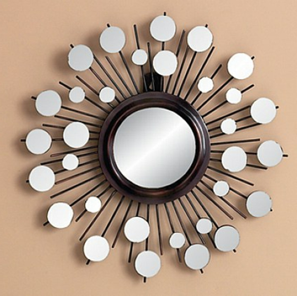 moderner-spiegel-an-der-beige-wand