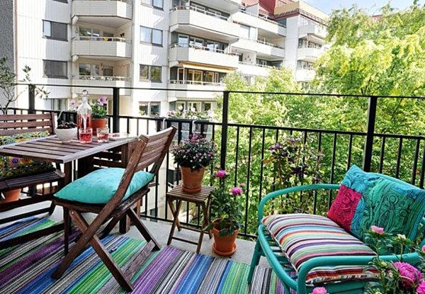 moderner-terrassenteppich-bunte-farben - sofa in blau