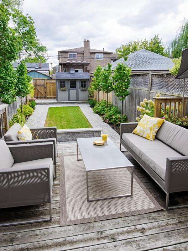 moderner-terrassenteppich-graue-farbe - dekokissen auf einem sofa