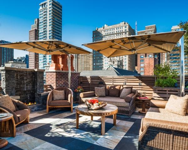 moderner-terrassenteppich-großzügige-gestaltung - sonnenschirme und viele sofas und sessel