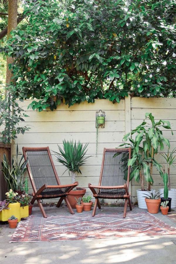 moderner-terrassenteppich-zwei-stühle - büsche und zwei stühle