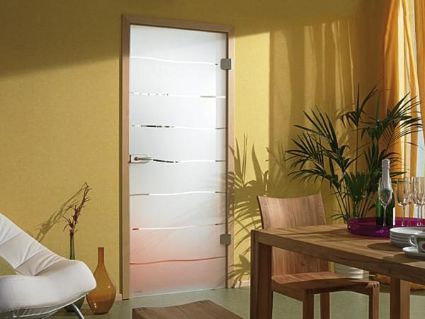 modernes-design-von-einer-innentür-aus-glas- topfpflanze daneben