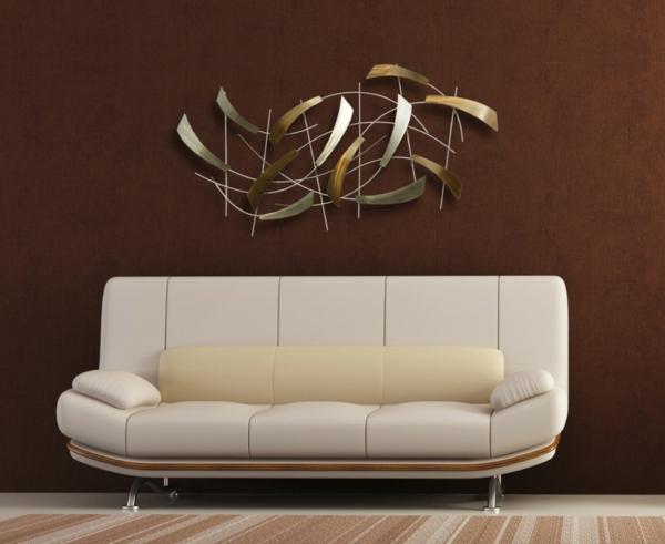 modernes-sofa-im-zimmer-mit-brauner-wandfarbe- auffällige wanddeko gestalten
