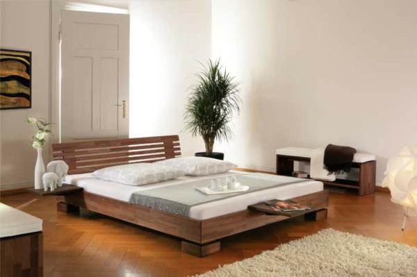 modernes-wasserbett-daneben-eine-grüne-pflanze - weiß