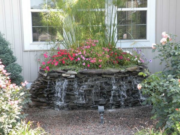 pflanzendekoration-für-den-wasserfall-im-garten