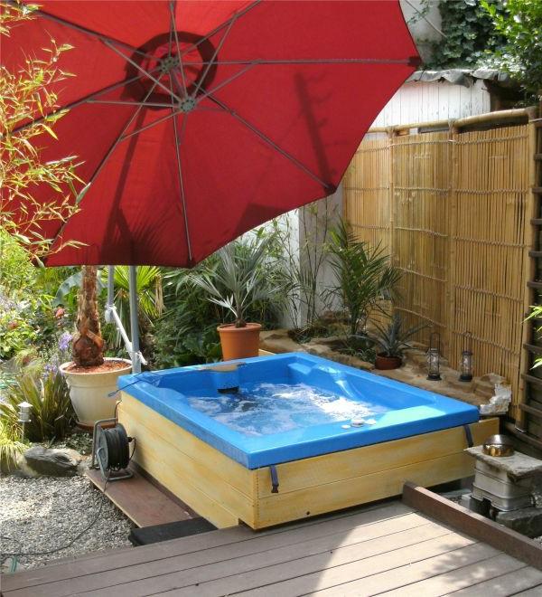 poolbau-diy-großer-sonnenschirm - modern gestaltet