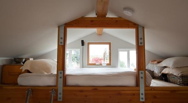preiswerte-minihäuser-schlafzimmer - weiße bettwäsche