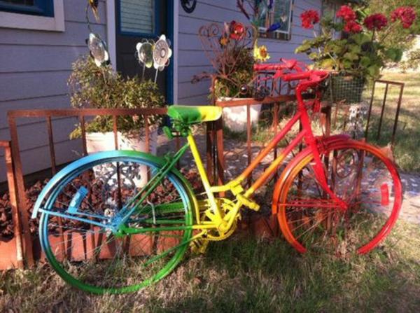 regenbogen-fahrrad-deko -neben dem haus