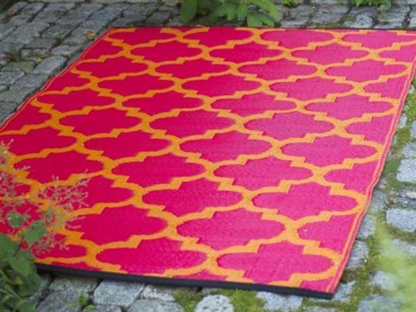 rosiger-teppich-für-terrasse - dekoration für den balkon