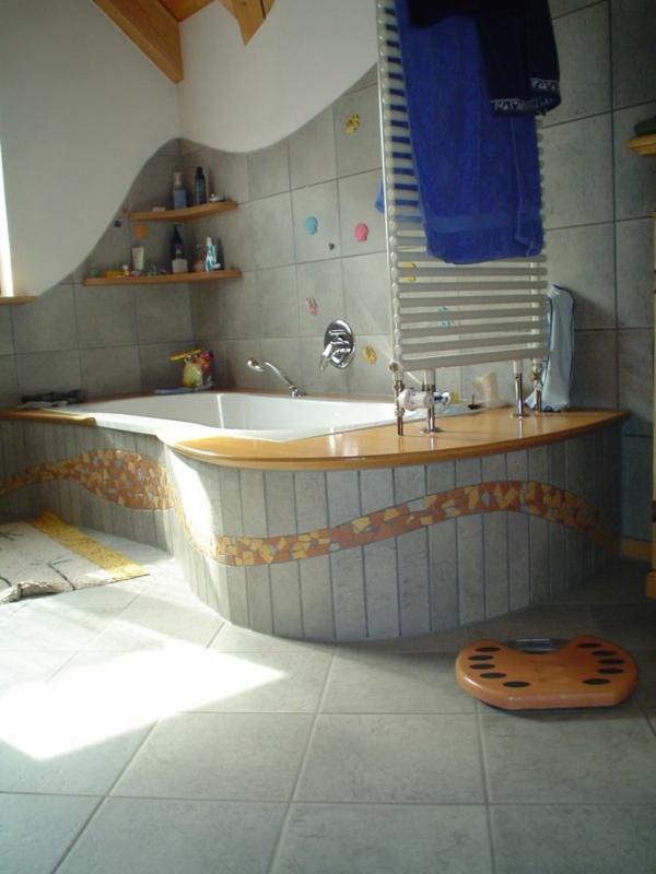 schöne-badfliesen-moderne-badewanne - grau