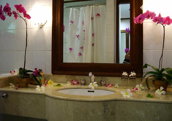 schöne-badidee-rosige-blumen - holz