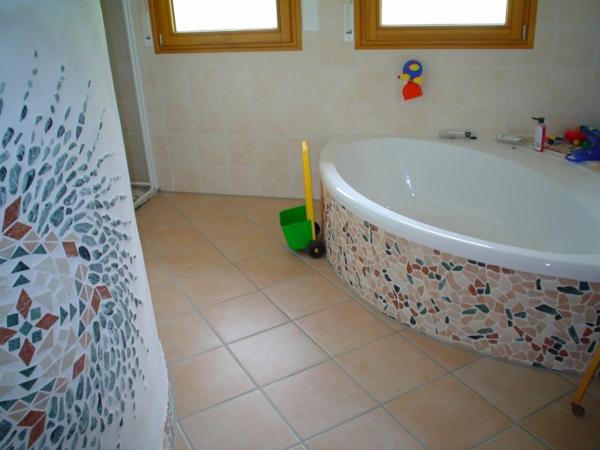 schöne-bodenfliesen-bad-und- interessante-badewanne - modern