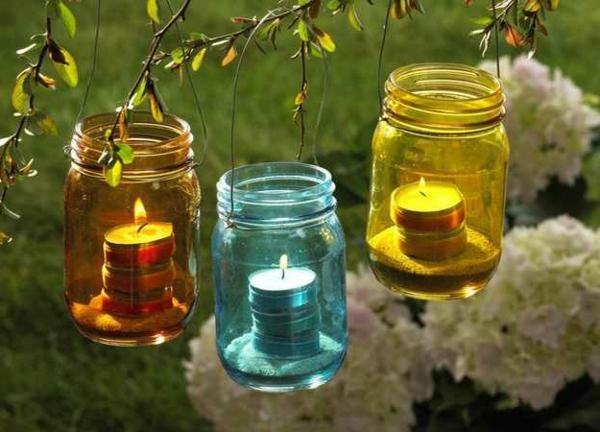 schöne-gartenideen-kerzen-in-gläsern- unterschiedliche farben