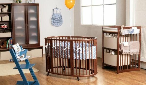 schöne-kinderbetten-modelle-rundes-babybett-aus-holz - kleine blaue treppe