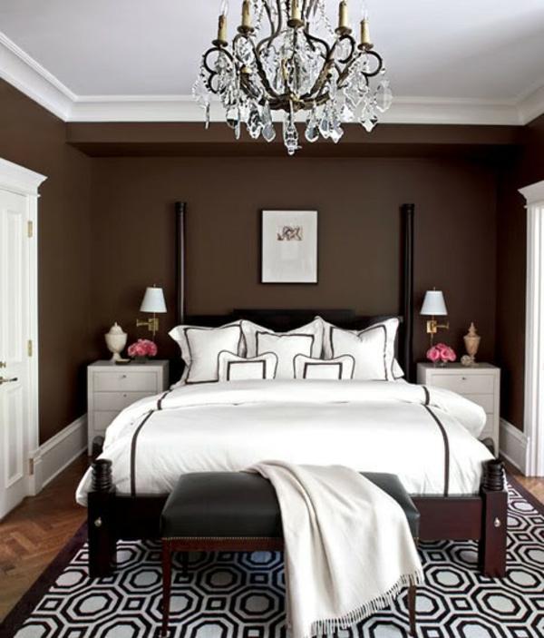 schöne-wandfarben-braune-farbtöne- eleganter kronleuchter und ein schwarzer hocker